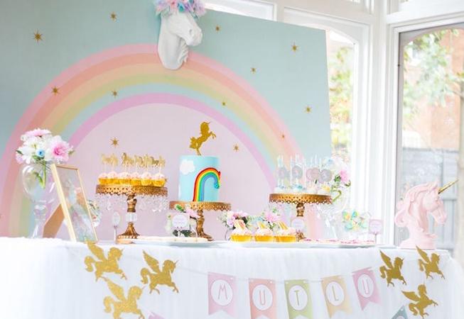 doğum günü partisi gök kuşağı ve unicorn